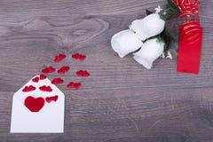Enveloppe avec des coeurs avec une rose Image stock