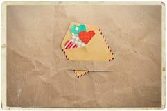 Enveloppe avec des coeurs sur le papier chiffonné Images stock