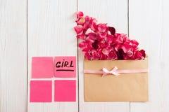 Enveloppe avec des pétales et des autocollants roses, l'espace libre Image stock