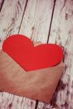 Enveloppe avec la carte de papier rouge de valentine de coeur, vintage modifié la tonalité Photographie stock