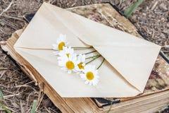 Enveloppe avec la fleur Image libre de droits