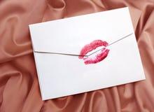 Enveloppe avec le baiser de rouge à lievres Image stock