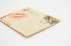 Enveloppe avec le baiser du message de lèvres de la fille enamourée Photo stock