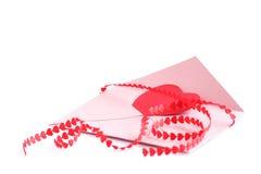 Enveloppe avec le ruban rouge de coeurs Photos stock