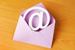 Enveloppe avec le signe d'email Images libres de droits