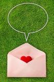 Enveloppe avec les bulles rouges de coeur et de parole Image stock