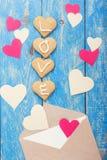 Enveloppe avec les coeurs et les biscuits de papier Backgroun de jour de valentines Image libre de droits