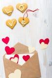 Enveloppe avec les coeurs et les biscuits de papier Backgroun de jour de valentines Photo libre de droits