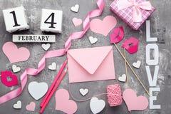 Enveloppe avec les coeurs, le boîte-cadeau et le calendrier Photos libres de droits