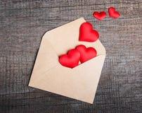 Enveloppe avec les coeurs rouges de tissu Image stock