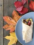 Enveloppe avec les feuilles d'automne colorées photographie stock libre de droits
