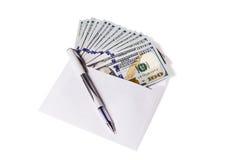 Enveloppe avec un argent et un stylo Photo stock