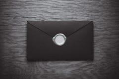 Enveloppe avec un timbre image libre de droits