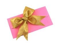 Enveloppe avec une proue de cadeau Photo stock