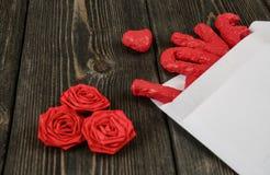 Enveloppe blanche, amour de mot sur le fond en bois Photo stock
