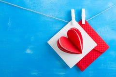 Enveloppe blanche de carte cadeaux et de rouge sur le fond en bois bleu Photo libre de droits