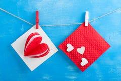 Enveloppe blanche de carte cadeaux et de rouge sur le fond en bois bleu Photographie stock libre de droits