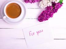 Enveloppe blanche de papier avec une inscription pour vous images stock