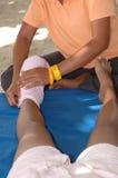 Enveloppe d'essuie-main pendant le massage de pied Photo libre de droits