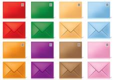 Enveloppe-dans-différent-couleurs Photos stock