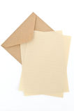 Enveloppe de Brown avec le papier de lettre Image stock