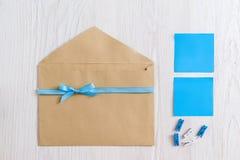 Enveloppe de Brown avec le ruban bleu et les autocollants Images stock