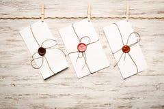 Enveloppe de courrier sur la corde Photos stock