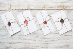 Enveloppe de courrier sur la corde Image stock