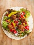 Enveloppe de Falafel avec des veggies images stock