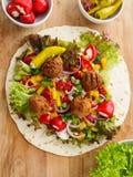 Enveloppe de Falafel avec des veggies photos stock