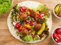 Enveloppe de Falafel avec les veggies et la salade photographie stock libre de droits