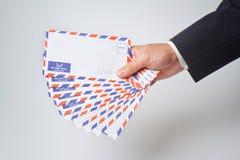 Enveloppe de fixation d'homme d'affaires photos stock