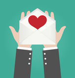 Enveloppe de Hands Giving Open d'homme d'affaires avec le coeur rouge Photos stock