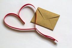 Enveloppe de lettre d'amour avec le coeur de papier sur le fond blanc heureux Photo libre de droits
