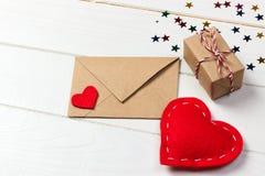 Enveloppe de lettre d'amour avec le coeur rouge et boîte-cadeau sur le fond en bois Photos stock
