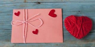 Enveloppe de lettre d'amour avec le coeur rouge sur le fond en bois Photos libres de droits