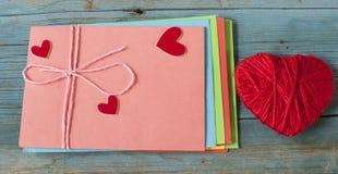 Enveloppe de lettre d'amour avec le coeur rouge sur le fond en bois Photographie stock libre de droits
