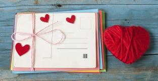 Enveloppe de lettre d'amour avec le coeur rouge sur le fond en bois Photos stock