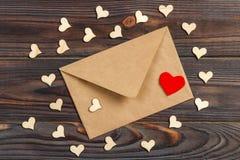 Enveloppe de lettre d'amour avec le coeur rouge sur le fond en bois Images stock