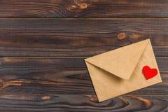 Enveloppe de lettre d'amour avec le coeur rouge sur le fond en bois Copiez l'espace Images libres de droits