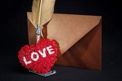 Enveloppe de lettre d'amour, fond noir Image libre de droits
