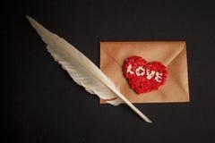 Enveloppe de lettre d'amour, fond noir Photo libre de droits