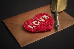 Enveloppe de lettre d'amour, fond noir Photographie stock libre de droits