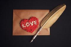 Enveloppe de lettre d'amour, fond noir Photos libres de droits
