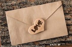 Enveloppe de lettre d'amour de jour du ` s de Valentine avec des coeurs Photographie stock
