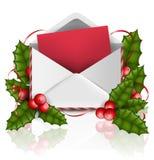 Enveloppe de Noël avec le papier à marquer d'une pierre blanche, la feuille d'usine de houx, la baie rouge et le ruban rouge Photos libres de droits