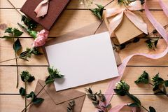 Enveloppe de papier d'emballage avec la carte blanche Image libre de droits