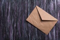 Enveloppe de papier d'emballage Enveloppe de lettre d'amour Fond en bois Réseau social Photographie stock libre de droits