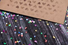 Enveloppe de papier d'emballage Enveloppe de lettre d'amour Fond en bois Réseau social E Image stock