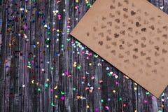 Enveloppe de papier d'emballage Enveloppe de lettre d'amour Fond en bois Réseau social E Images stock